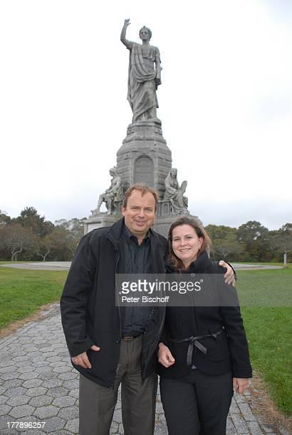 "Alexander Nefedov-Skovitan , Ehefrau Anna Roche, ""National Monument to the Forefathers"" , Plymouth-Rock, Plymouth , Massachussetts, Nordamerika, USA,..."