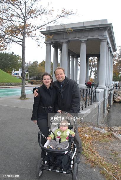 Alexander NefedovSkovitan Ehefrau Anna Roche Sohn George Denkmal PlymouthRock Plymouth Massachussetts Nordamerika USA Amerika Kind Kinderwagen Familie