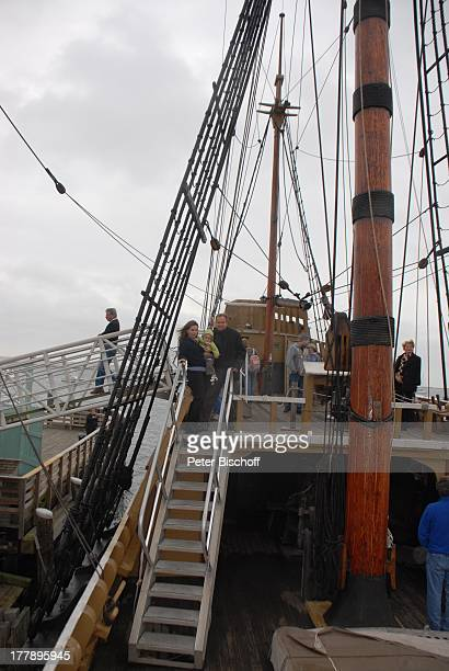 """Alexander Nefedov-Skovitan , Ehefrau Anna Roche, Sohn George , Hafen, Plymouth , Massachussetts, Nordamerika, USA, Amerika, Segelschiff """"Mayflower..."""