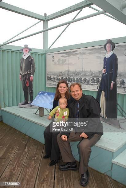 Alexander NefedovSkovitan Ehefrau Anna Roche Sohn George Hafen Plymouth Massachussetts Nordamerika USA Amerika Informationstafeln zum Segelschiff...