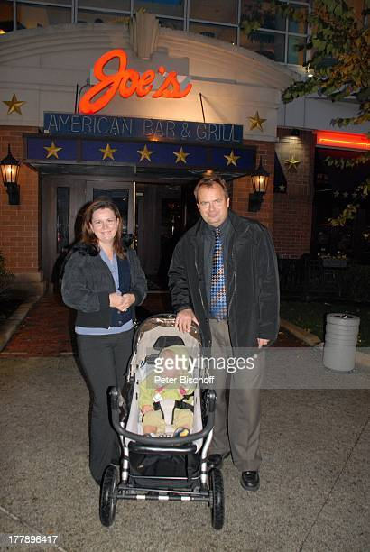 "Alexander Nefedov-Skovitan , Ehefrau Anna Roche, Sohn George , Restaurant ""Joe's"" , Plymouth , Massachussetts, Nordamerika, USA, Amerika, Kind,..."