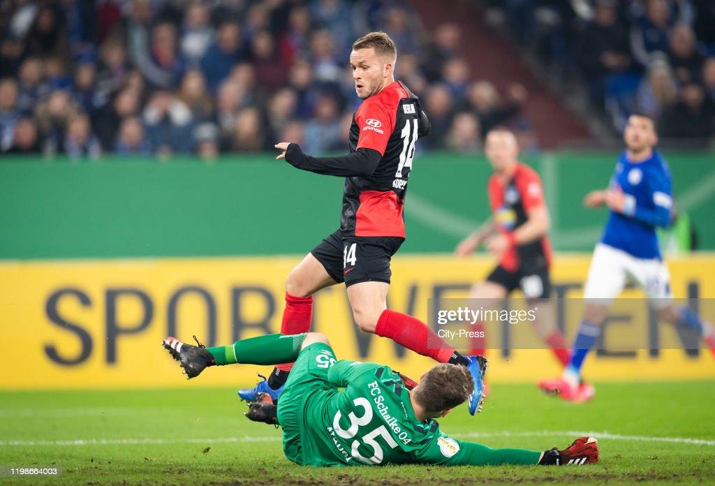 FC Schalke 04 v Hertha BSC - DFB Pokal : Nachrichtenfoto