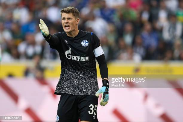 Alexander Nuebel of FC Schalke 04 reacts during the Bundesliga match between Borussia Moenchengladbach and FC Schalke 04 at BorussiaPark on August 17...