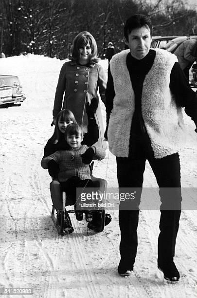 Alexander Peter*Schauspieler Sänger Österreichmit Ehefrau Hilde und den Kindern Susanne und Michael im Winterurlaub 1960er Jahre