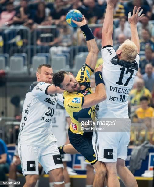 Alexander Petersson of RheinNeckar Loewen is challenged by Christian Zeitz and Patrick Wiencek of Kiel during the DKB HBL match between RheinNeckar...