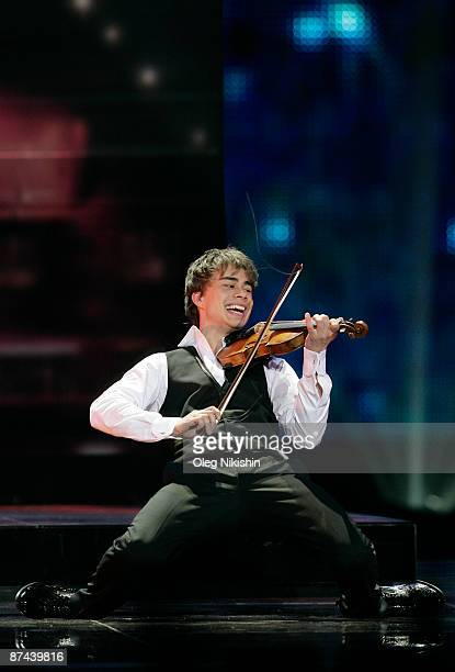 Alexander Rybak of Norway performs during the final of the Eurovision Song Contest on May 16 2009 in Moscow Russia The Final of the 2009 Eurovision...