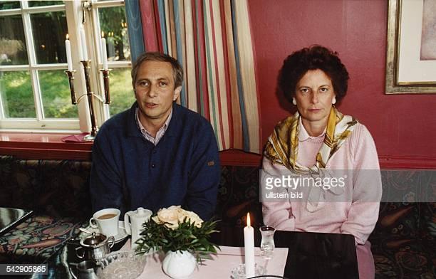 Alexander von Bismarck mit Freya Barschel der Witwe des ehemaligen Ministerpräsidenten von SchleswigHolstein Uwe Barschel am Kaffeetisch Freya...