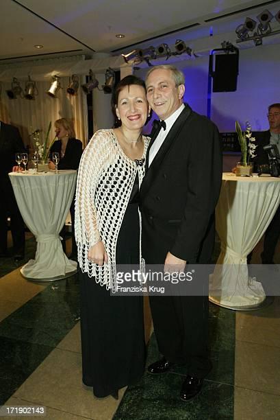 Alexander Von Bismarck und Ehefrau Irina Beim Ball Papillon 2003 Zugunsten Der Deutschen MuskelschwundHilfe EV Im Le Royal Meridien Hotel Hamburg Am