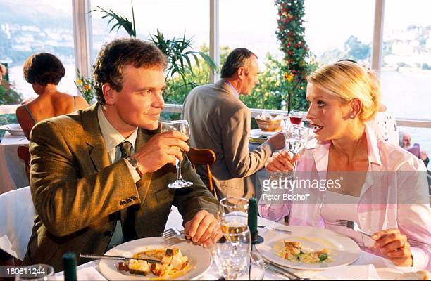 Alexander Wussow Karina Kraushaar ZDFPilcherFilm Blumen im Regen Cornwall England Schauspieler Essen Speisen Glas Wein Trinken