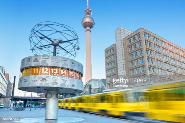 Alexanderplatz in Berlin-Deutschland am Morgen mit dem Zug vorbei