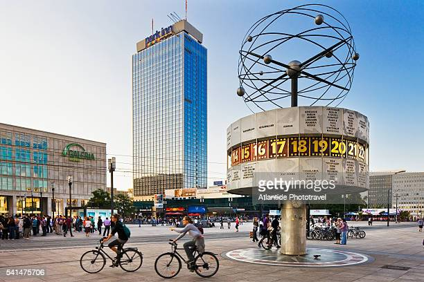 alexanderplatz (square), the weltzeituhr (world clock) and the interhotel stadt berlin now park hotel - ベルリン ミッテ区 ストックフォトと画像