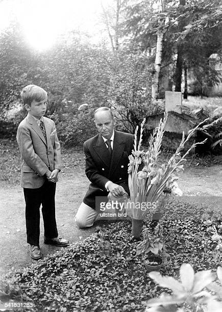 Doris Nefedov*Singer Pop Music Germanyson Alexander and her husband Nikolai putting flowers on her grave at the Westfriedhof in Munich 1971
