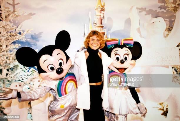 Alexandra Bronkers avec Mickey et Minnie à Disneyland Paris en novembre 1997 France