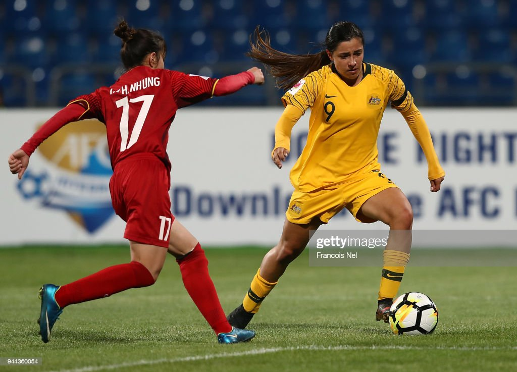 Alexandra Chidiac of Australia and Tran Thi Hong Nhung of Vietnam in action during the AFC Women's Asian Cup Group B match between Vietnam and Australia at the Amman International Stadium on April 10, 2018 in Amman, Jordan.