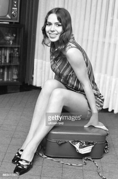 Alexandra eigentlich Alexandra Nefedov Treitz Schlagersängerin D sitzt auf einem Koffer