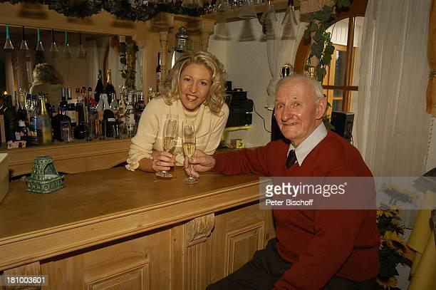 Geschwister Hofmann Opa Paul Bär Geburtstagsfeier von Alexandra Hofmann und von Opa Paul Bär Meßkirch Volksmusik Grossvater Sängerin Bar Theke Tresen...