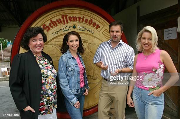 Alexandra Geiger Schwester Anita Hofmann Berthold Porath links Fan Schussenrieder Brauerei Bad Schussenried BadenWürttemberg Deutschland Europa...