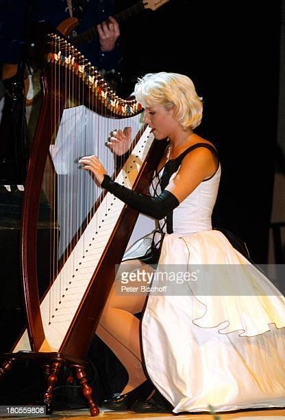 Alexandra Hofmann Auftritt 'Lustige Musikanten'TourneeBühne Hof Mikrofon HarfeMusikinstrument