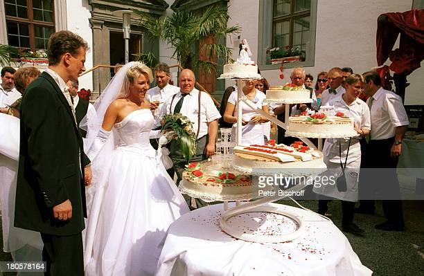 Alexandra Hofmann Ehemann Dietmar Geiger Hochzeit von Alexandra Hofmann Meßkirch/BadenWürttemberg Blumen Blumenstrauß Brautpaar Hochzeitskleid Frack...