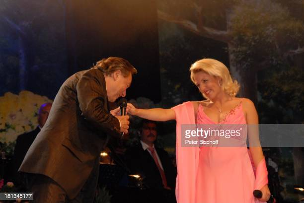 Alexandra Hofmann Karel Gott Tournee 'Das Frühlingsfest der Volksmusik 2007' Halle 7 Stadthalle Bremen Deutschland Bühne Auftritt Mikrofon singen...