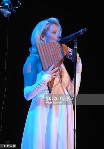 Alexandra Hofmann Tournee Das Frühlingsfest der Volksmusik 2007 Halle 7 Stadthalle Bremen Deutschland Bühne Auftritt Mikrofon Musikinstrument...