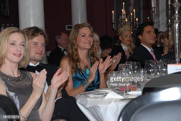 Alexandra Kamp Freund Michael von Hassel Gäste 'OWLCharityNight 2009' 'ParkHotel' Bad Driburg NordrheinWestfalen Deutschland Europa Applaus...