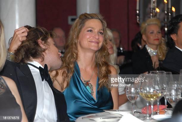 Alexandra Kamp Freund Michael von Hassel Gäste 'OWLCharityNight 2009' 'ParkHotel' Bad Driburg NordrheinWestfalen Deutschland Europa Glas Weiswein...