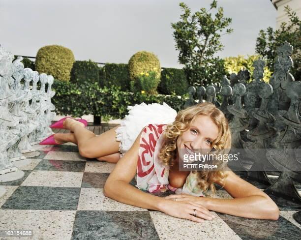 Alexandra Lamy Send Chouchou Flying Attitude souriante d'Alexandra LAMY allongée par terre les jambes relevées lors d'un moment de détente à l'hôtel...