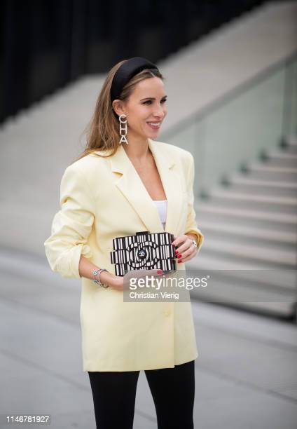 Alexandra Lapp is seen wearing an oversized yellow Zara blazer with black cycling/ biker leggings from HM and a white James Perse tank top black silk...