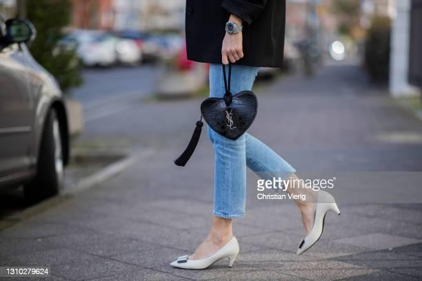 Alexandra Lapp is seen wearing ZARA blazer in black, SAINT LAURENT brooch set, CITIZEN OF HUMANITY denim in light blue, SAINT LAURENT long Opyum ear...