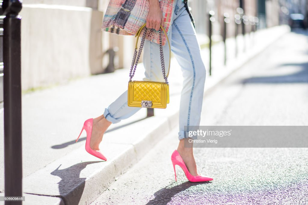Street Style : Paris Fashion Week Womenswear Fall/Winter 2018/2019 : Day Five : News Photo