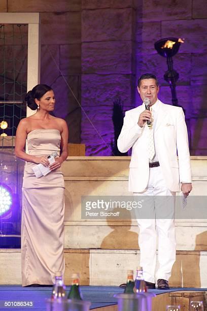 Alexandra Philipps und Joachim Llambi Wahl zur 'Miss WM 2011' 'Europa Park' Rust bei Freiburg BadenWürttemberg Deutschland Europa Bühne Mikro...