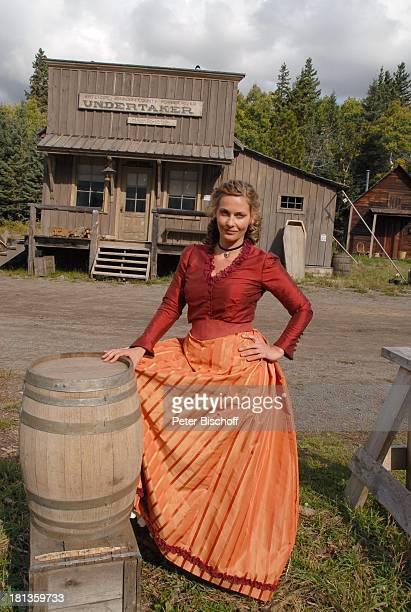 """Alexandra Reimer-Duffy, dahinter """"Undertaker"""" neben den Dreharbeiten zur ZDF-Reihe """"Im Tal der wilden Rosen"""", Folge 4: """"Prüfung des Herzens"""", alter..."""