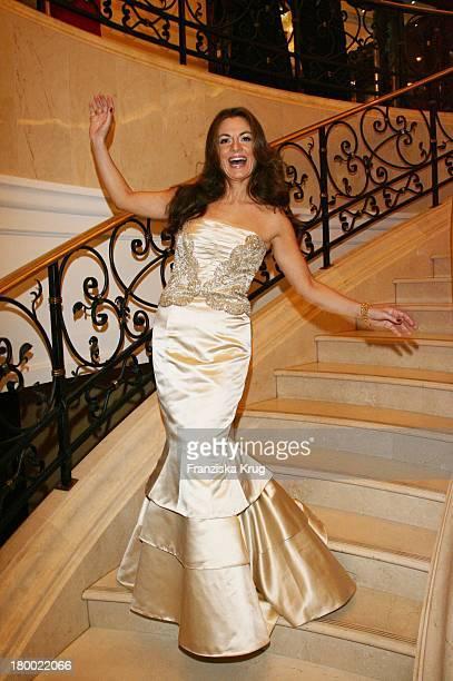 Alexandra Stich In Escada Bei Der Internationalen Gala 'Art For Children' Zugunsten Der Organisation Innocence And Danger Am 011006 Im Ritz Carlton...