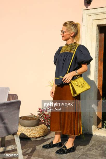 Alexandra Tolstoy poses with Mehry Mu bag during in Balat tour on November 02, 2019 in Istanbul, Turkey.