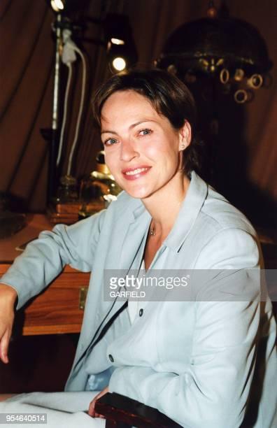 Alexandra Vandernoot lors de l'inauguration de l'exposition 'Les Flacons de parfum font leur cinéma' le 10 mai 2000 à Paris France