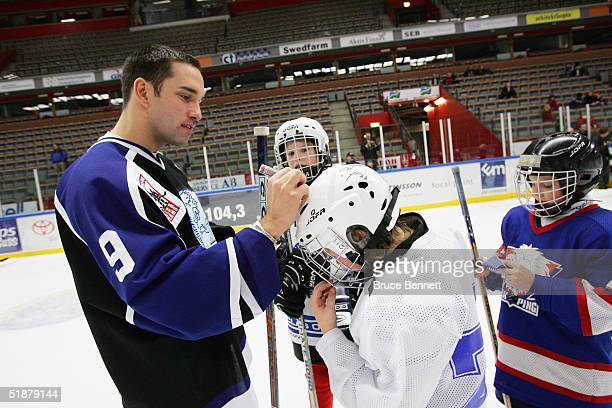 Alexandre Daigle of the Primus Worldstars signs autographs at a family skate party on December 19, 2004 at the Cloetta Center in Linkoping, Sweden.
