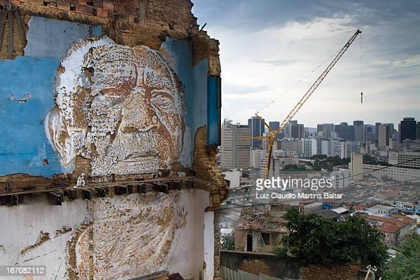 Alexandre Farto aka Vhils é um artista urbano português, que tem trabalhos realizados em várias partes do mundo sua proposta se aproxima do trabalho,...