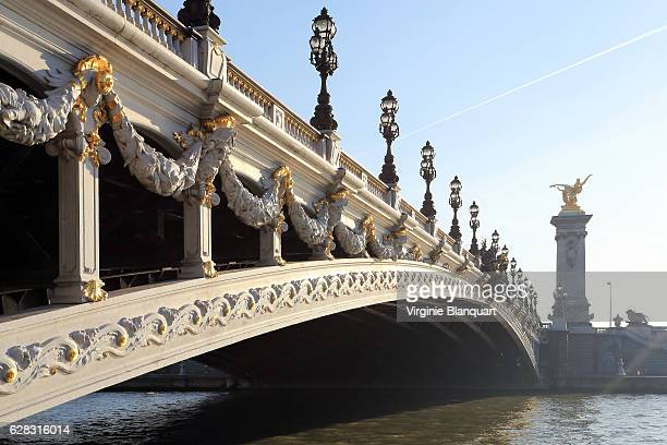 alexandre iii bridge from low angle on a sunny winter morning - pont alexandre iii photos et images de collection