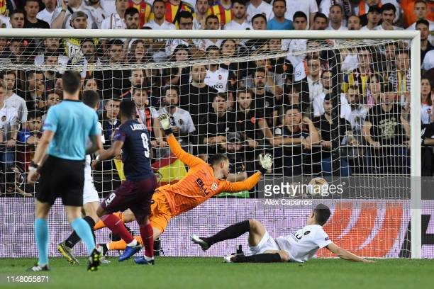 Alexandre Lacazette of Arsenal scores his team's second goal past Norberto Murara Neto of Valencia during the UEFA Europa League Semi Final Second...