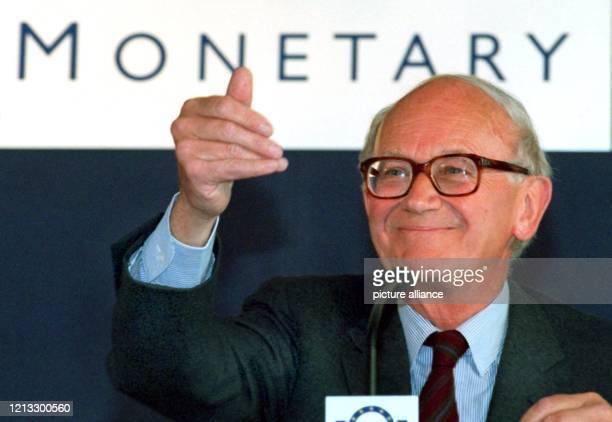 Alexandre Lamfalussy, Präsident des Europäischen Währungsinstituts , antwortet bei der Vorstellung des Jahresberichtes 1996 auf Fragen von...
