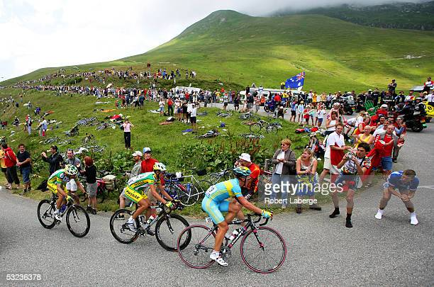 Alexandre Vinokourov of Kazakstan riding for the T-Mobile cycling team ahead of Oscar Pereiro Sio of Spain riding for the Phonak Hearing Systems team...