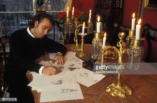 Alexandre Zouari etudie et dessine de nouvelles coiffures en janvier 1994 a Paris France