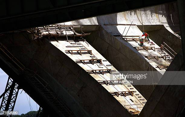 Alexandria, UNITED STATES: Construction workers labor on the south section of the Woodrow Wilson Memorial Bridge in Alexandria, VA, 22 May 2006. The...