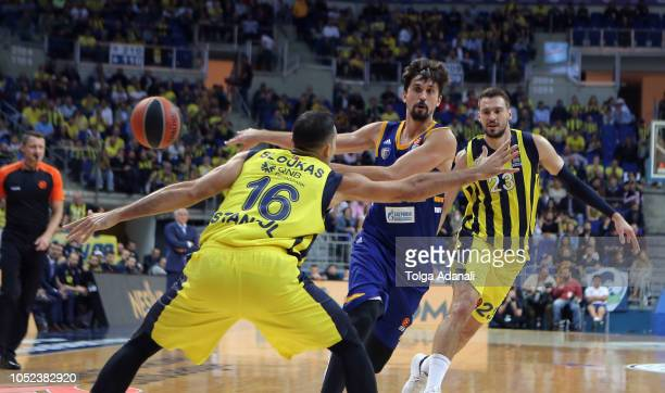 Alexey Shved #1 of Khimki Moscow in action with Marko Guduric #23 of Fenerbahce Istanbul during the 2018/2019 Turkish Airlines EuroLeague Regular...