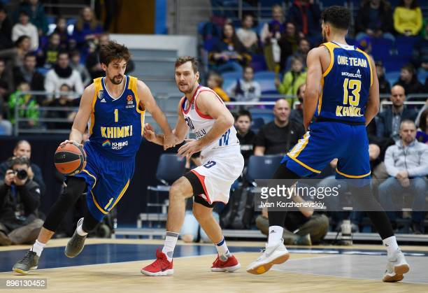 Alexey Shved #1 of Khimki Moscow Region competes with Zoran Dragic #30 of Anadolu Efes Istanbul during the 2017/2018 Turkish Airlines EuroLeague...