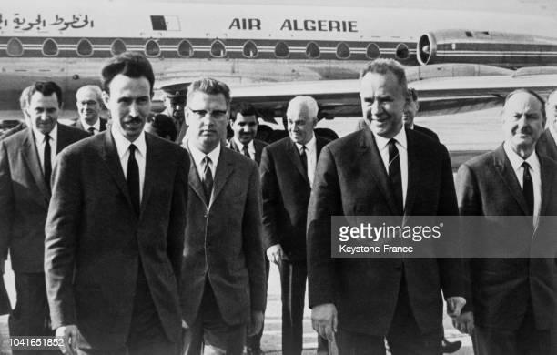 Alexis Kossyguine venu accueillir le président algérien Houari Boumédiène à son arrivée à Moscou URSS le 17 juin 1967
