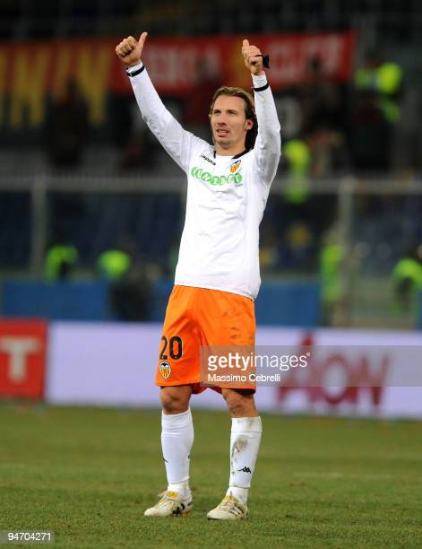 Alexis of Valencia CF celebrates victory after the UEFA Europa League Group B match between Genoa CFC and Valencia CF at Stadio Luigi Ferraris on...
