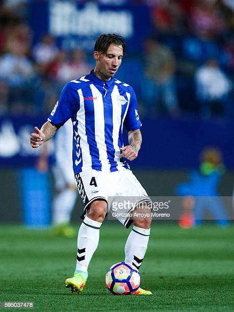 Alexis Ruano of Deportivo Alaves controls the ball during the La Liga match between Club Atletico de Madrid and Deportivo Alaves at Vicente Calderon...