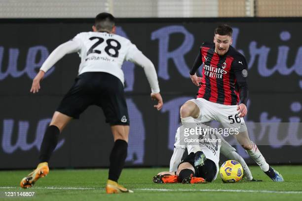 Alexis Saelemaekers of AC Milan in action during the Serie A match between Spezia Calcio and AC Milan at Stadio Alberto Picco on February 13, 2021 in...